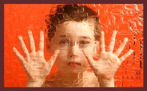 Immagine di un bambino chiuso dietro un vetro
