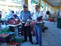 foto del tecnico della prevenzione e dell'agente della Polizia Municipale di Imola durante i controlli congiunti al Mercato Ortofrutticolo di Imola