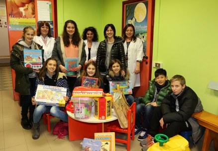 Cecilia (terza da sinistra in piedi), le sue compagne di classe e il personale della Pediatria di Comunità