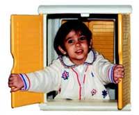 bambina che si affaccia alla finestra