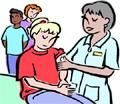 infermiera che fa la vaccinazione ad alcuni ragazzi