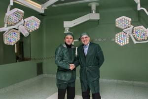 Maurizio Venara e Mario Tubertini in visita alla sala operatoria in cui è stata appena montata la nuova lampada scialitica