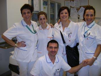 da sinistra a destra la seconda è la studente spagnola Paola Lai Monzon in gruppo con gli operatori sanitari dell'Ausl di Imola